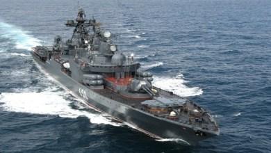 صورة سفينة حربية أمريكية تصطدم بسفينة تجارية لنقل النفط