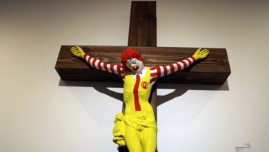 """صورة إزالة لوحة """"ماك المسيح"""" من متحف إسرائيلي"""