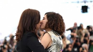 """صورة قبلة بين ممثلتين مغربيتين في مهرجان """"كان"""" تشعل مواقع التواصل"""