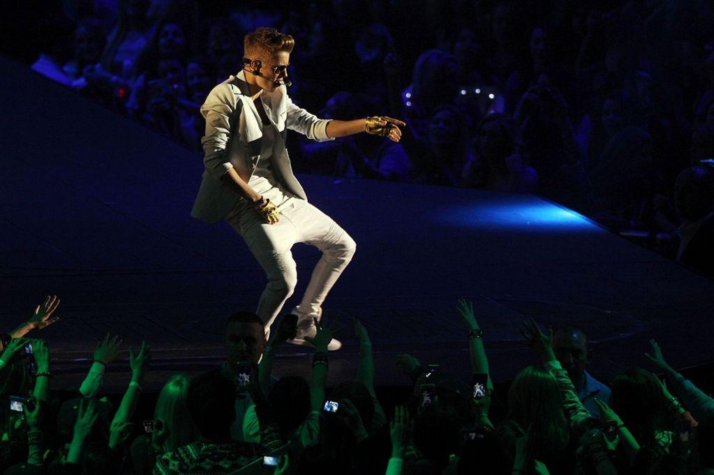 Justin Bieber booed at the O2 Arena!