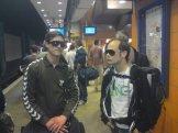 Coola killar har solglasögon inomhus