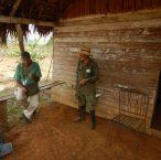Vår guide och en tobaksbonde vi passerar