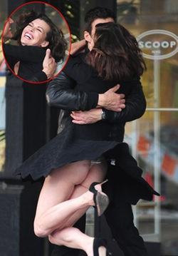 El descuido de Milla Jovovich: enseña el culo durante el rodaje de un spot publicitario
