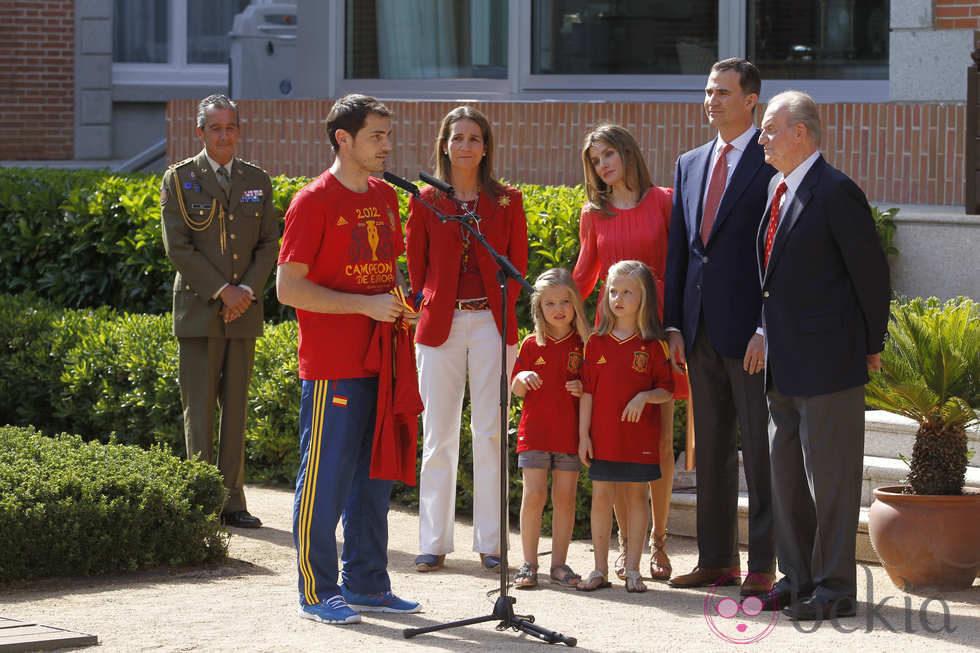 https://i2.wp.com/www.bekia.es/images/galeria/24000/24265_iker-casillas-habla-familia-real-recepcion-roja-zarzuela.jpg