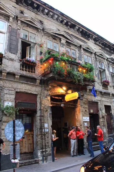 Ruin pub, things to do in budapest, what to do in budapest, what to eat in budapest, hungary