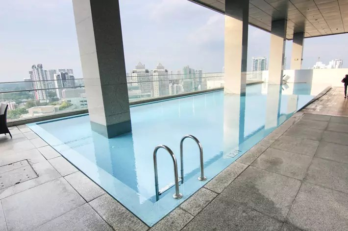 Oasia-Hotel-Novena-club-lounge-infinity-swimming-pool