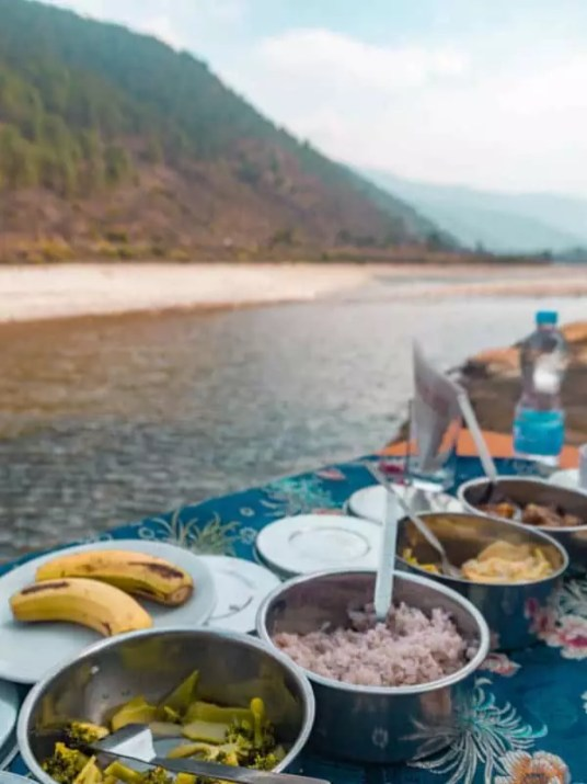 picnic-by-river-what-to-eat-in-bhutan