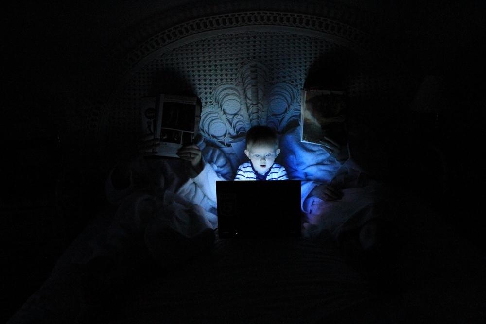 Jeune garçon découvrant inopinément les traces laissées par ses parents sur le web.