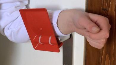 صورة مجموعة بلجيكية تصنع مقابض أبواب بدون استخدام اليدين