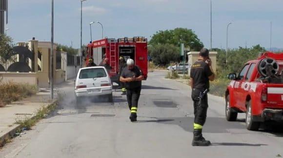 Auto in fiamme a Castelvetrano, paura per giovane donna