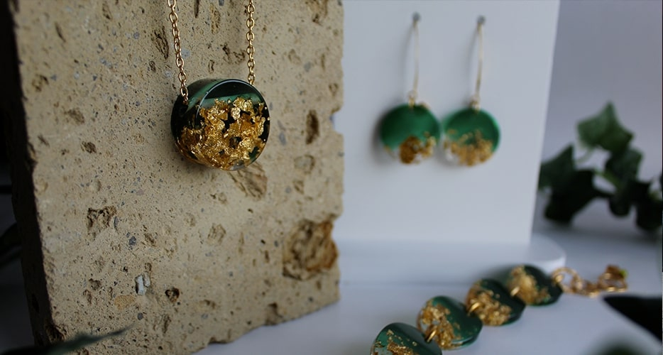 Collana Contemporanea Resina Verde Foglia oro Bella bri. © Copyright Bella bri. Tutti i diritti sono riservati.