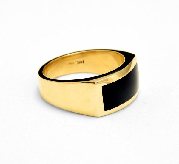 side view of men's onyx ring