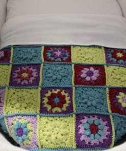 Wiegdeken - Gehaakt - Handmade Zoek je nog een leuk dekentje voor in de wieg? Dit dekentje is helemaal handmade en super leuk voor zowel jongen als meisje Gemaakt van echt katoenen wol, dus lekker om warm in te worden