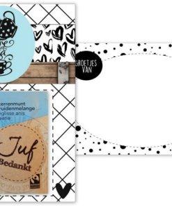 Kaart A6 met tekst ''Time for tea'' en ''Juf bedankt Verras de jufmet Juf- & meesterdag.Of wil jij de jufbedanken voor het afgelopen schooljaar of haargewoon laten weten hoe blij je met haarbent? Geef dit leuke pakketje als klein kadootje aan de juf! En schrijf achter op de kaart nog een lieve persoonlijke tekst. De kaart is verpakt in een transparant zakje.