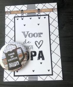 Cadeau set - Button opener met magneet met tekst 'voor de leukste Opa' Bier Super leuk cadeau setje om te geven aan de leukste papa de opener is 56mm, Cadeau set - Button opener met magneet met tekst 'voor de leukste Opa' Bier Verpakt in een leuk doorzichtig zakje