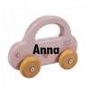 """LABEL LABEL - LITTLE CAR - PINK Label Label houten speelgoed is gemaakt van FSC gecertifieerd hout. Een duurzame lijn en """"must have"""" voor de hedendaagse bewuste ouders die denken aan de toekomst van onze kleintjes! Deze gestroomlijnde auto is vervaardigd uit kwaliteitsvol beukenhout. Peuters nemen de auto makkelijk vast aan het handvat om de auto te laten rijden of hem mee te nemen naar waar die maar wil. Het gestroomlijnde design van de auto, de zachte kleuren in combinatie met natuurlijk houten wielen zijn perfect om uw peuter zijn motorische ontwikkeling te stimuleren."""
