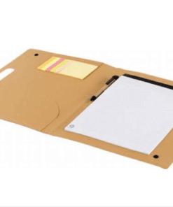 SCHRIJFMAP - Gepersonaliseerd met naam Wil jij iemand een leuk cadeau geven? Voor bijvoorbeeld de juf of voor iemand die naar school gaat? Geef deze handige schrijfmap cadeau Schrijfmap van Karton. Deze kartonnen schrijfmap bevat een nottitieblok ongeveer A4 formaat (20 vel). Bevat tevens een kartonnen pen, zwartschrijvend en zelfklevende memoblaadjes, met 25 stuks per kleur. De folder heeft een geïntegreerd handvat