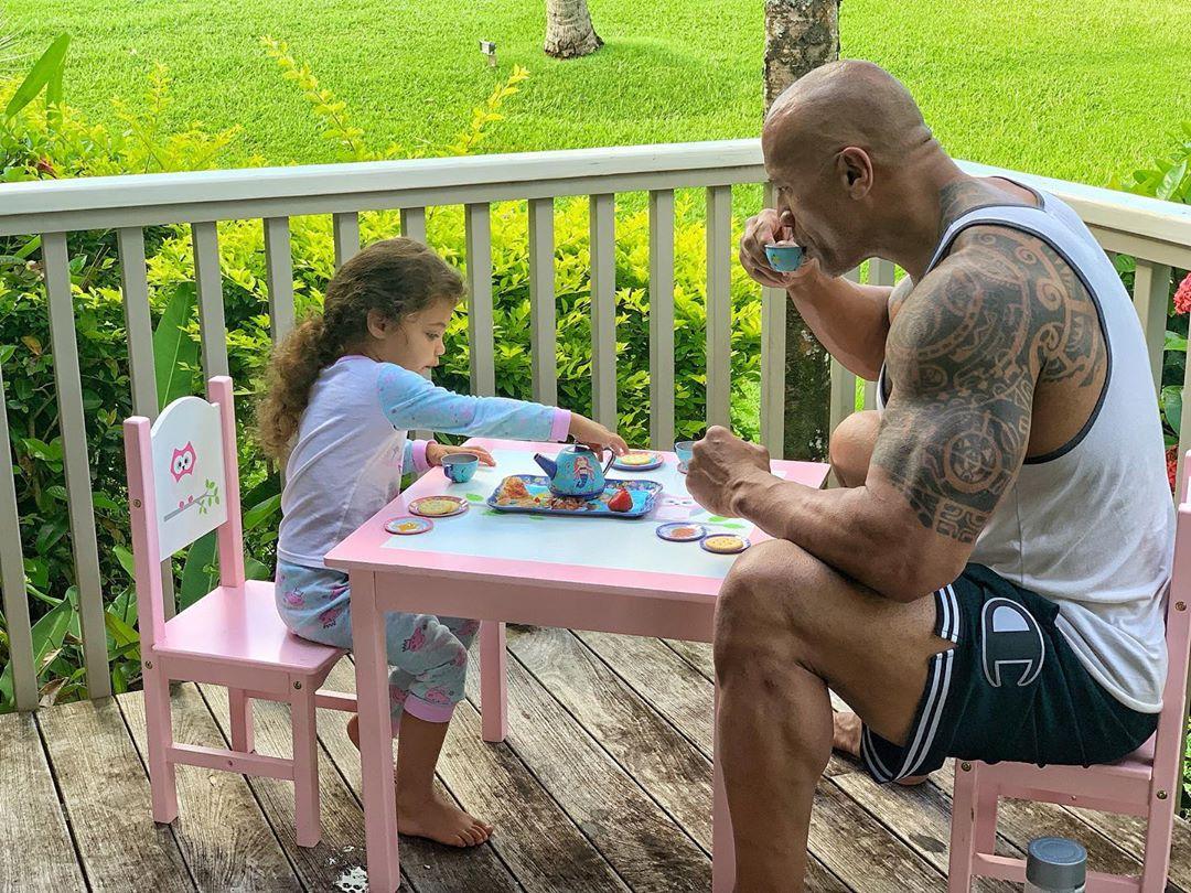 title Photo de Dwayne Johnson et de sa fille en train de savourer un «thé»