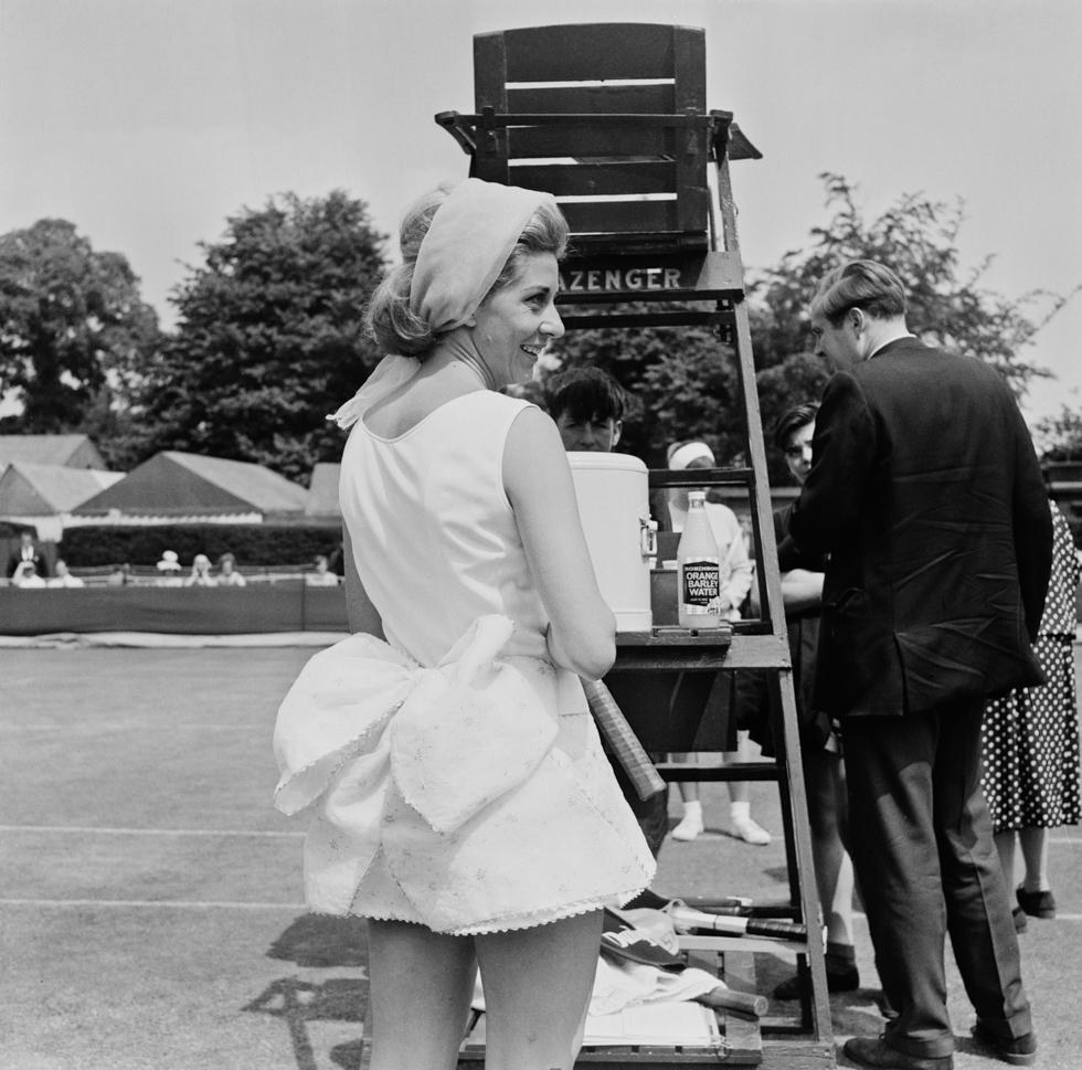 Lea Pericoli durante una partita contro Jacqueline Rees Lewis a Wimbledon, il 26 giugno 1964. (Douglas Miller/Keystone/Hulton Archive/Getty Images)