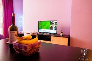 Обзаведен апартамент под наем Благоевград с маса и голям телевизор буда