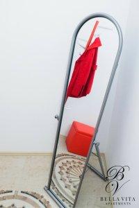 Стилно огледало в луксозен напълно обзаведен апартамент под наем Благоевград