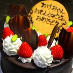 チョコレートコーティングのデコレーションケーキ
