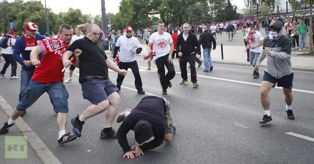 New clashes have broken out in Polish capital Warsaw between rival Russian and Polish football fans ahead of a Euro 2012 tie between the two teams photo