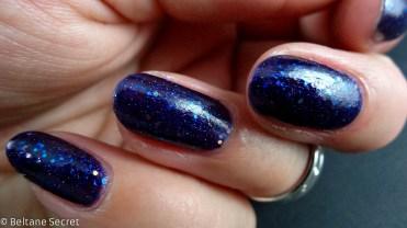 vernis à ongles bleu nuit pailleté