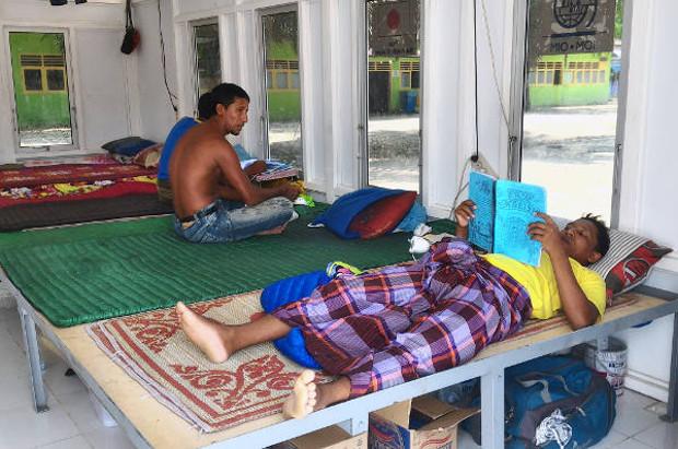 rohingya-reading.jpg