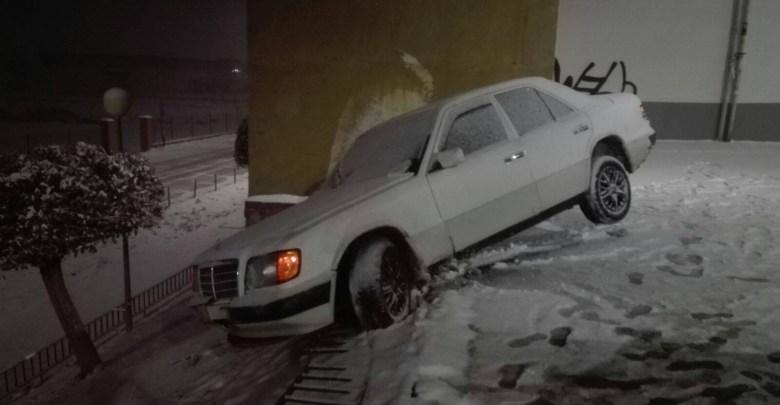 Photo of Un vehículo se sale de la vía por motivo de la nieve en Benavente