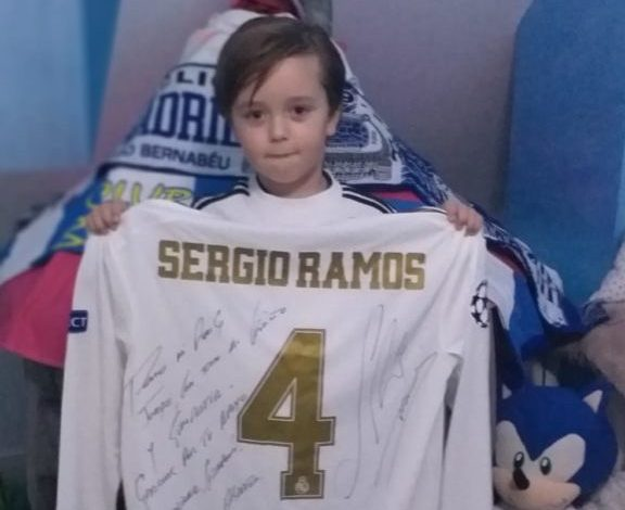 Photo of Jorge completa su sueño con la camiseta firmada por Sergio Ramos