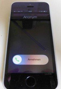 Neuer Lock-Screen in iOS 7.1 mit rundem Knopf zur Gesprächs-Annahme.