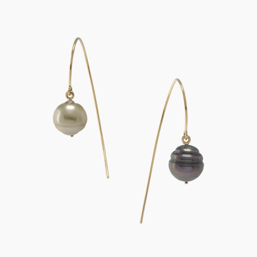 Boucles d'Oreilles Virgule C Perles de Tahiti Dépareillées