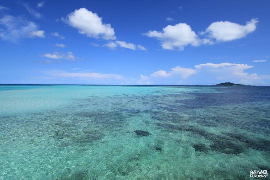 """La mer autour de Miyakojima est d'un bleu spécifique appelé le """"Miyakojima blue"""". Au loin, l'île d'Ôgami (大神島)."""