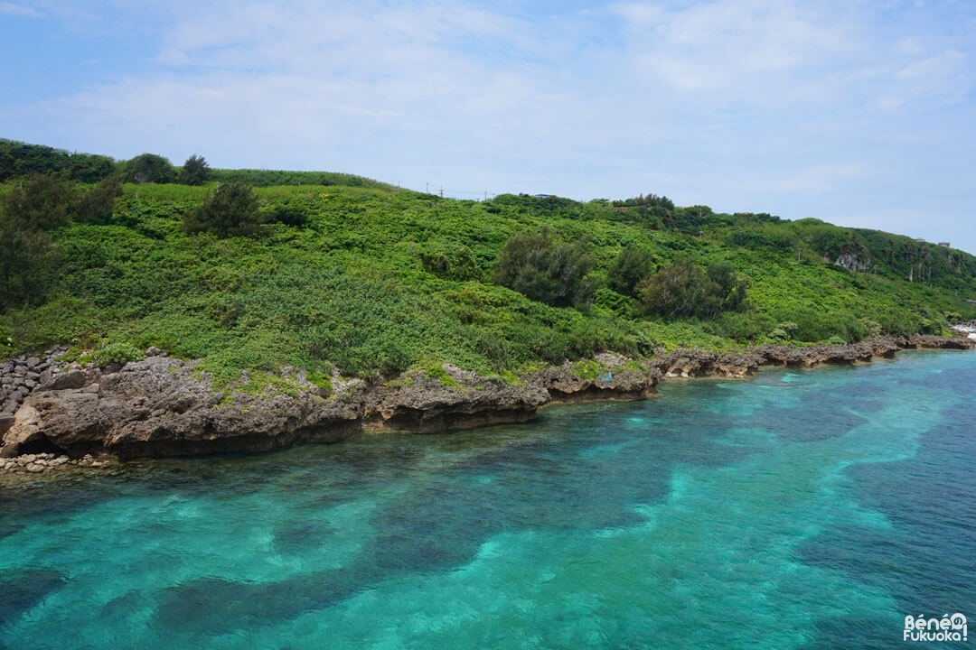 L'eau turquoise autoru de l'île de Kurima, Miyakojima
