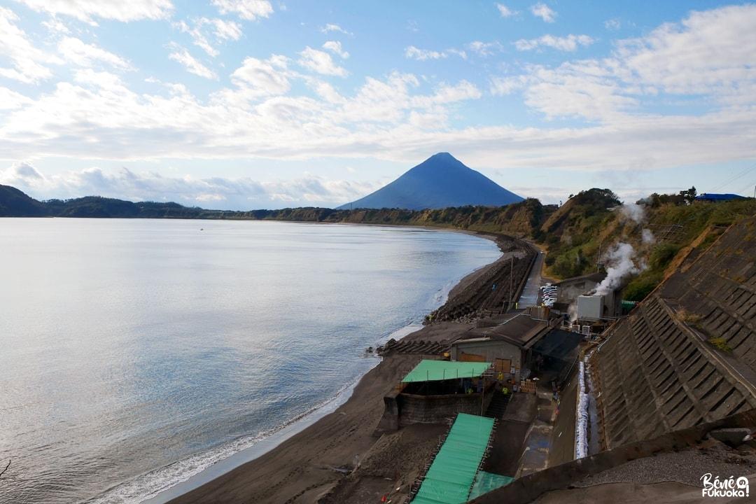 Vue sur le Kaimondake depuis les anciens marais salants d'Ibusuki