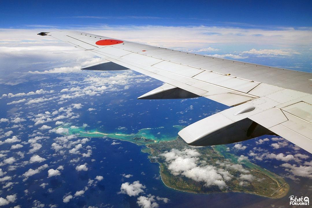 Vue sur l'île de Kumejima depuis un avion survolant Okinawa