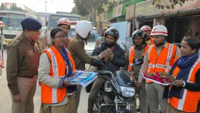Photo of হেলমেট পরিহিত মোটরবাইক চালকদের উপহার দিল রায়গঞ্জ ট্রাফিক পুলিশ