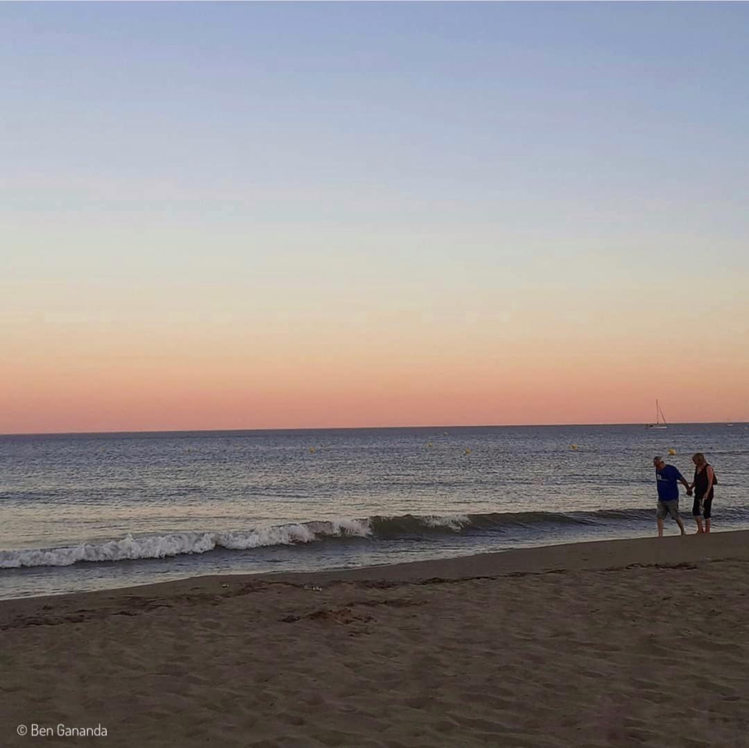 couple sur la plage coucher de soleil