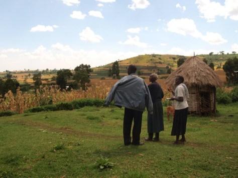 Agrarlandschaft, Kleinbäuerin und Entwicklungshelfer