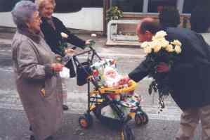 Bepin Segato consegna una rosa