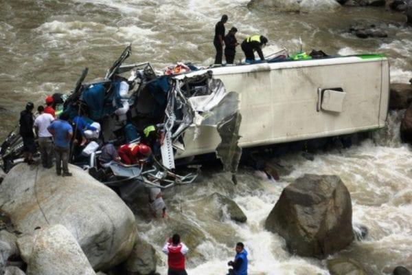 На Филиппинах пассажирский автобус упал в ущелье