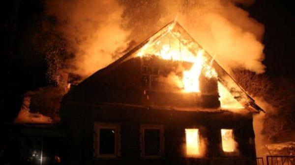 На вихідних у Бердичеві спалахнула пожежа: ледь не згорів вщент двоповерховий будинок