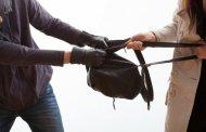 В Бердичеві посеред дня пограбували жінку, вирвавши з рук сумку