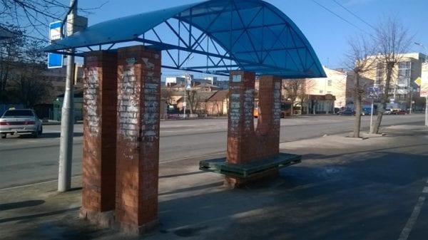 Наскальний живопис чи молодіжна субкультура – бердичівлян жахає стан автобусної зупинки у центрі міста