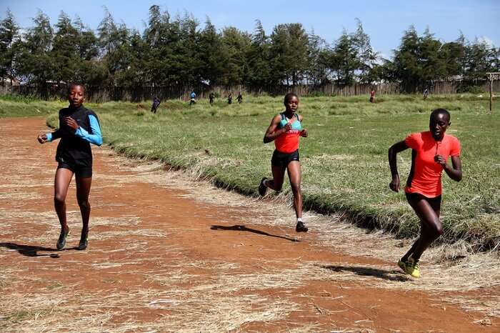Hardloopsters van de Keringet Winners Girls Highschool in Kenia tijdens een training.