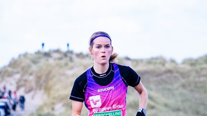 Winnares Jessica Oosterloo tijdens de halve marathon van de Berenloop 2016.