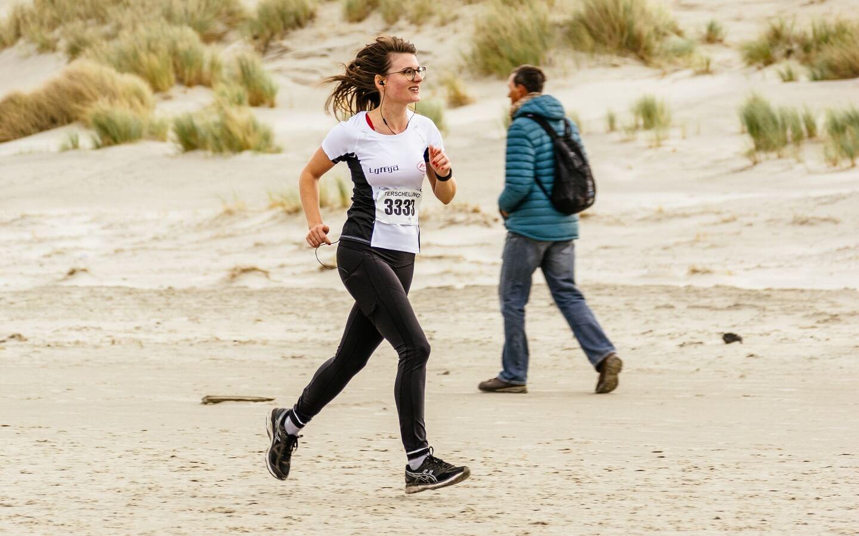 Berenloopster van Team Anita op het strand tijdens de Berenloop 2017.