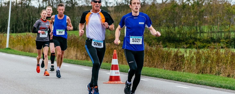 Wim Bakker en Rob de Bos tijdens de halve marathon van de Berenloop 2017.