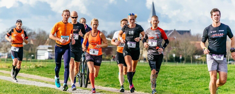 Berenlopers bij Midsland tijdens de hele marathon van de Berenloop 2017.